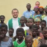 Togo. Ks. Łukasz Kobielus z dziećmi - Ksiądz który, będzie koordynował budowę szkoły.
