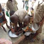 Przed jedzeniem myją ręce